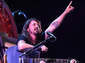 Dave Grohl Doesn't Let A Broken Leg Keep Him From Rocking The Heck Out: Watch